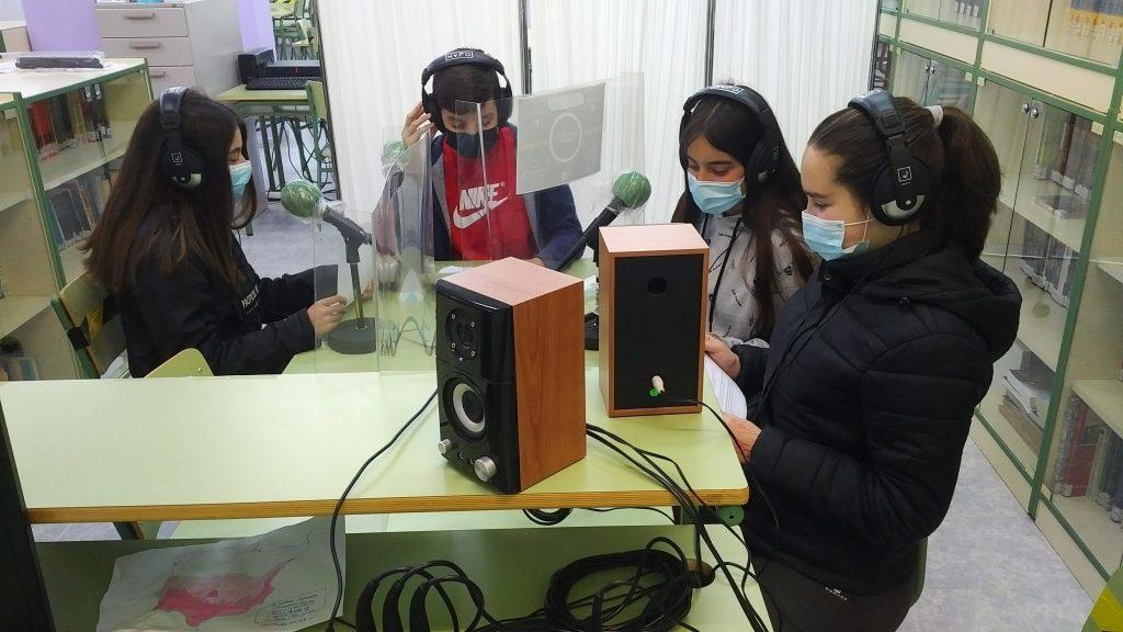 Momento de la grabación en los estudios de Radio Corata (IES Gregorio Marañón, Caminomorisco).