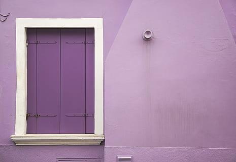 «La puerta violeta»