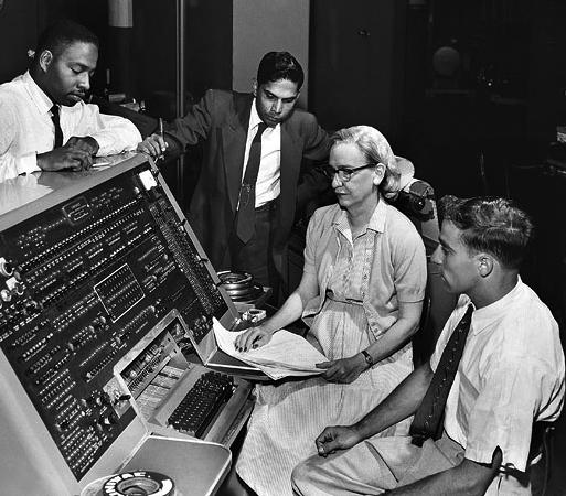 La imagen tiene un atributo ALT vacío; su nombre de archivo es Grace_Hopper_and_UNIVAC.jpg