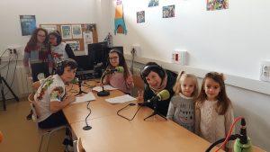 Alumnado en el estudio de radio