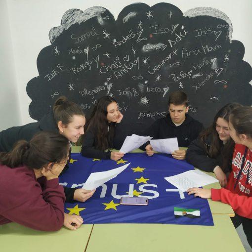 """Alumnos participantes en el programa de radio """"Economía Circular"""""""